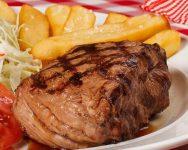 Foto de un lomito acompañado del Restaurante BBQ los Anonos