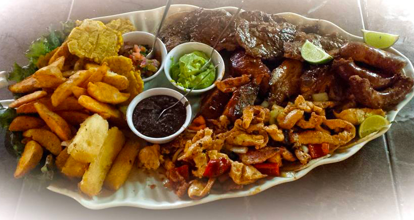 Foto de un delicioso plato de carnes