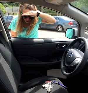 Chica que olvido las llaves dentro de su carro