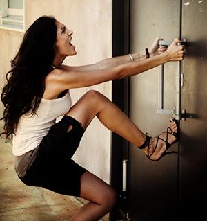 Chica molesta porque olvidó las llaves de su casa