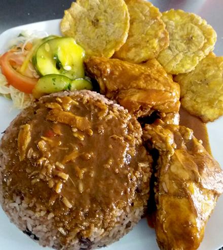 Foto de un delicioso Rice n Beans con pollo bañado en salsa caribeña de Mami Place, Heredia