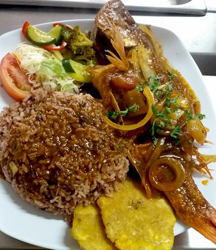Foto de un Rice n Beans con pescado entero del Restaurante Mami Place en Heredia