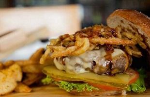 Foto de una hamburguesa del Bar Lupulus Beer Shop en San Pedro