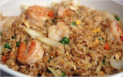 Delicioso plato de arroz cantones chino