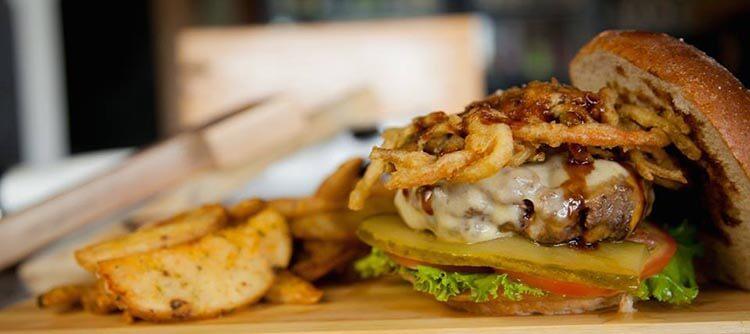 Foto de una deliciosa hamburguesa con papas fritas